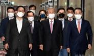 [헤럴드pic] 회의실로 향하는 김종인 비대위원장