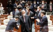 [헤럴드pic] 의원총회장으로 들어오는 국민의힘 김종인 비상대책위원장