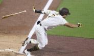 '드디어 터졌다' 김하성 MLB 입성 첫 홈런…폴 상단 맞힌 '대포'