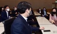[헤럴드pic] 대화하는 신현영 더불어민주당 비대위원