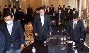 [헤럴드pic] 묵념하는 더불어민주당 재선의원