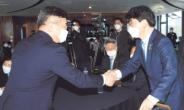 [포토뉴스] 악수하는 與 원내대표 후보들