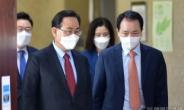 [헤럴드pic] 회의실로 들어오는 주호영 국민의힘 대표 권한대행