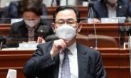 [헤럴드pic] 마스크를 고쳐 쓰는  주호영 국민의힘 대표 권한대행