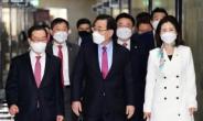 [헤럴드pic] 회의실로 들어오는 주호영 국민의힘 대표 권한대행과 이종배 정책위의장