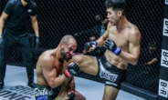 'OK' 옥래윤, UFC 챔프 출신 알바레즈에 압승 '파란'
