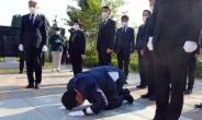 [헤럴드pic] 큰절하는 더불어민주당 송영길 신임 대표