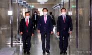 [헤럴드pic] 회의실로 들어오는 국민의힘 김기현 당대표 권한대행 겸 원내대표