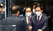 [헤럴드pic] 의총장으로 들어오는 국민의힘 김기현 당 대표 권한대행