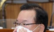 [헤럴드pic] 마스크를 고쳐쓰는 김부겸 국무총리 후보자