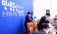 [헤럴드pic] 인사하는 더불어민주당 윤호중 원내대표