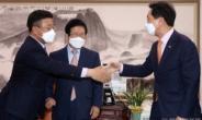[헤럴드pic] 악수하는 윤호중 더불어민주당 원내대표, 김기현 국민의힘 대표 권한대행