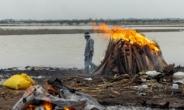 '코로나19 시신' 떠다니는 인도 강…최소 90구 추가 발견