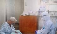 폭염 속 방호복 입고 할머니와 화투…1만5천명 '뭉클'