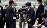 [헤럴드pic] 취재진에 발길질 하는 전자발찌 살인범