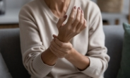 요리조차 어려운 뻣뻣한 관절의 부모님이라면 '류마티스관절염' 의심