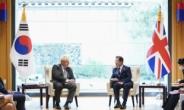 文대통령 영국 총리와 정상회담…北미사일 우려 표시