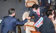[헤럴드pic] 주먹인사하는 문재인 대통령과 김기현 국민의힘 원내대표