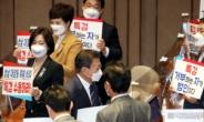 [헤럴드pic] 본회의장을 나서는 문재인 대통령
