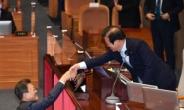 [헤럴드pic] 악수하는 문재인 대통령과 박병석 국회의장