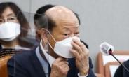 [헤럴드pic] 마스크를 고쳐쓰는 송두환 국가인권위원회 위원장