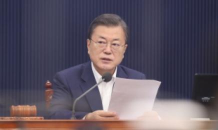 """文대통령, 홍남기 """"경제성장 시장기대치 뛰어넘었다"""