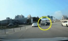 [영상]톨게이트서 속도낸 테슬라, K5 '가로주행' 못 피해 '쾅' 전복