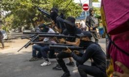 """시민군 반격에 미얀마군 4400명 숨져…다급한 미얀마군 """"60대 전역자에 재복무 제안"""""""