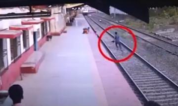 [영상] 열차 오는데…선로 떨어진 아이 구하려 '광속 질주'