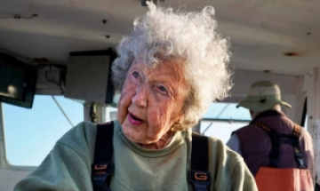 101세 할머니, 78세 아들과 랍스터 잡으러 바다로