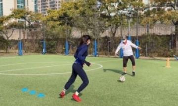 '골때녀' 한채아, 시아버지 차범근 축구교실서 축구연습