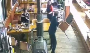 """""""잔반 내왔지? X같은 년"""" 식당서 의자 던지고 행패 부린 진상 고객"""