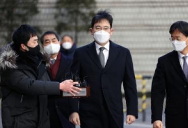 [속보] 이재용, '국정농단' 징역 2년6개월…법정구속