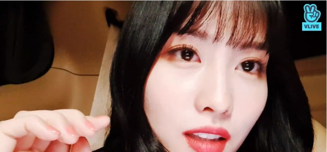 [V Report] Twice's Momo talks to fans while waiting for bandmates