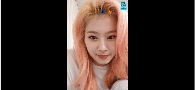 [V Report] Twice's Sana chats with fans from waiting room