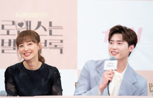 Lee Jong-suk blushes while filming with Lee Na-young