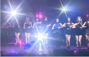"[V Report] Twice premieres ""Fancy"""