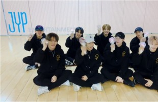 [V Report] Stray Kids offer chanting tutorial for upcoming concert