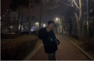 [V Report] Seventeen's Hoshi goes for nighttime walk, takes fans along