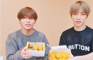 [V Report] Tomorrow X Together relishes chicken