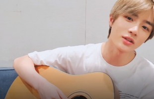 [V Report] TXT's Beomgyu plays guitar for fans