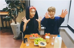 [V Report] Stray Kids' Seungmin, Felix make smoothies