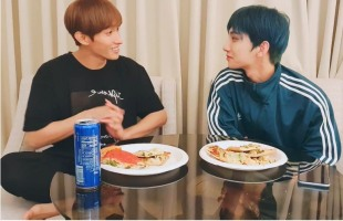 [V Report] Seventeen's Joshua, Dogyeom drool over Chicago pizza