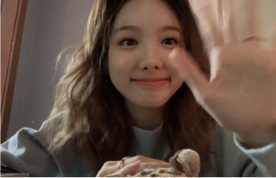 [V Report] Twice's Nayeon can't decide what to eat
