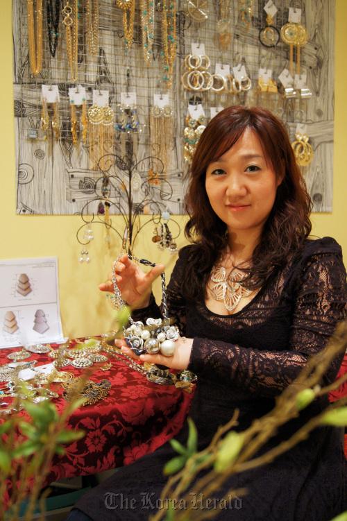 Designer Pursues Dream In New York S Fashion Jewelry Market
