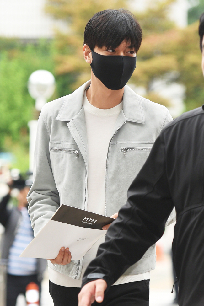 e61fbfd5 Lee Min-ho goes to Gangnam-gu Office for his first day of mandatory  military service as a public service worker, Friday. (Yonhap)