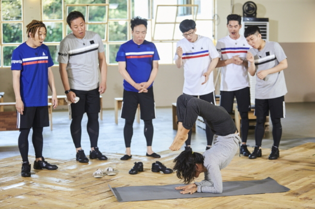 Lee Hyo-ri shows off yoga skills on 'Infinite Challenge'