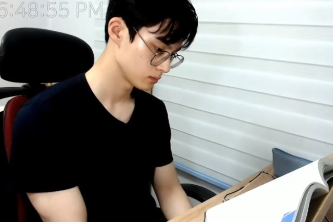 Trending] Korean guy studying alone creates a huge following