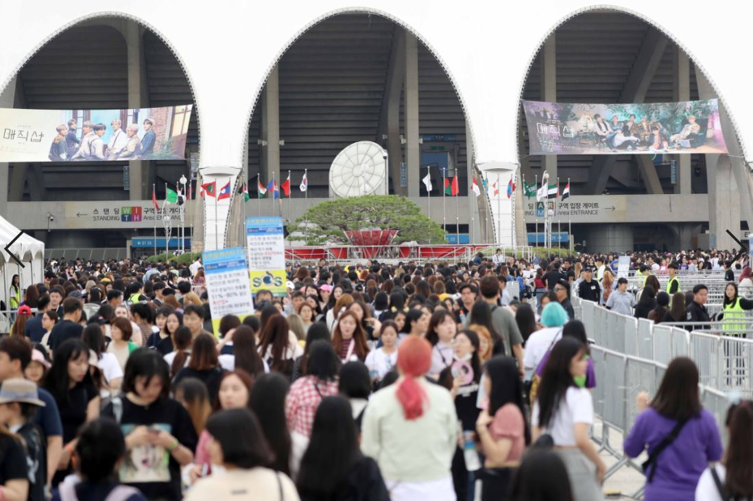 Newsmaker] BTS fans complain of tight ID checks at Busan