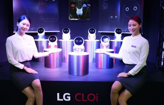 CLOi robots are demonstrated at LG Electronics' booth at the 2018 Korea Electronics Show held at Coex in southern Seoul. (LG Electronics)